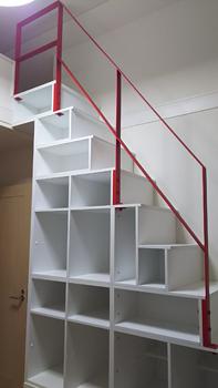 赤い手摺をつけた本棚ロフト階段
