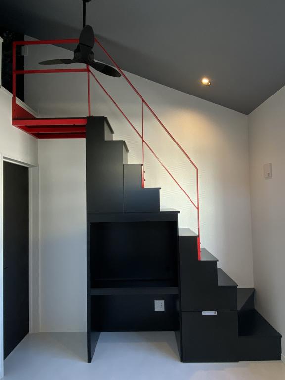 ブラックのロフト階段とレッドの手摺