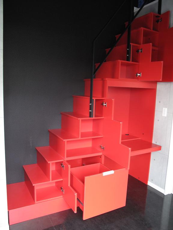 レッドのロフト階段とブラックの手摺